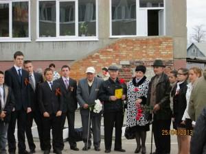На фото: депутат Рязанской городской Думы Ризатдинова Р.А., ветераны ВОВ, учащиеся школы №32